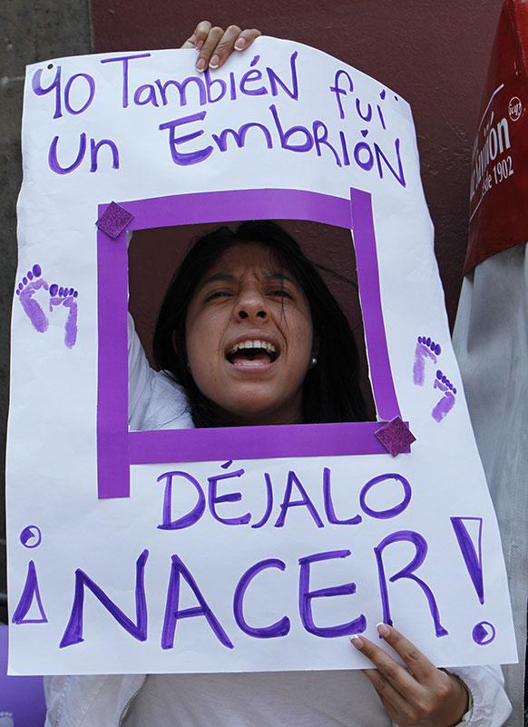 मेक्सिको सिटी में भ्रूण हत्या के खिलाफ निकाली गई रैली।