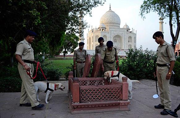 ताजमहल के परिसर में नियमित जांच करते सुरक्षाकर्मी।