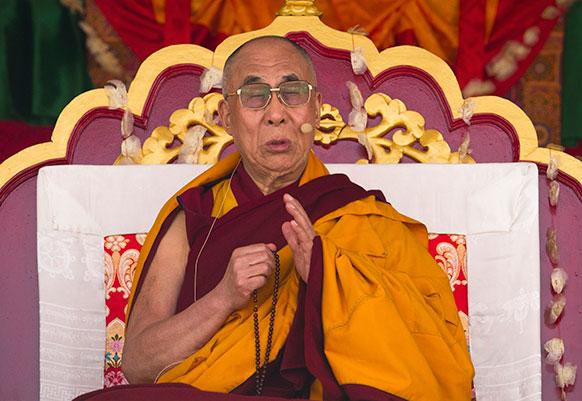 धर्मशाला में एक धार्मिक समारोह को संबोधित करते तिब्बती आध्यात्मिक गुरु दलाई लामा।