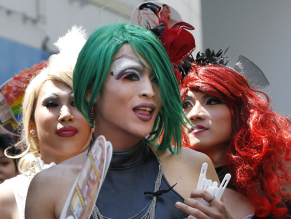 टोक्यो में रेनबो वीक गे प्राइड समारोह में हिस्सा लेने पहुंचे गे।