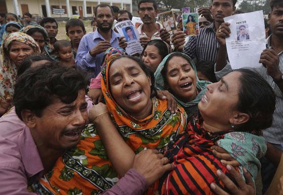 ढाका के समीप सावर में आठ मंजिला इमारत राणा प्लाजा के जमींदोज होने के बाद बिलखते पीड़ित।