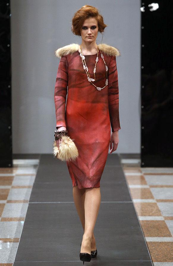 बेलारूस फैशन वीक के दौरान रैंप पर चलती मॉडल।