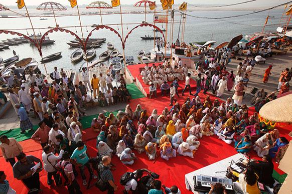 वाराणसी में गंगा के किनारे प्रार्थना करती विधवा महिलाएं जिसका आयोजन सुलभ इंटरनेशनल ने किया।