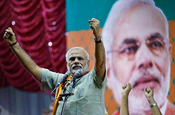कर्नाटक के बैंगलुरु में एक चुनावी सभा को संबोधित करते गुजरात के मुख्यमंत्री नरेंद्र मोदी।