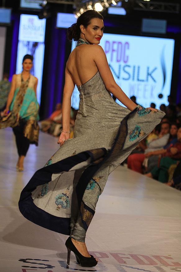 लाहौर फैशन वीक में रैंप पर चलती एक मॉडल।
