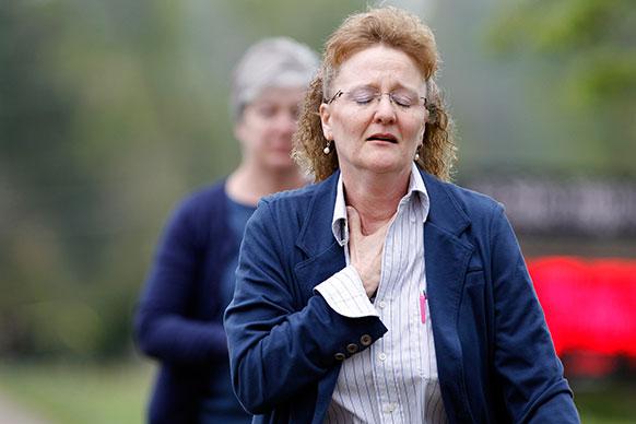 अमेरिका के सिनसिनाटी में एक महिला क्लासरूम की तरफ भागकर जाती हुई। यहां एक लड़के ने खुद को क्लासरूम में गोली मार ली।