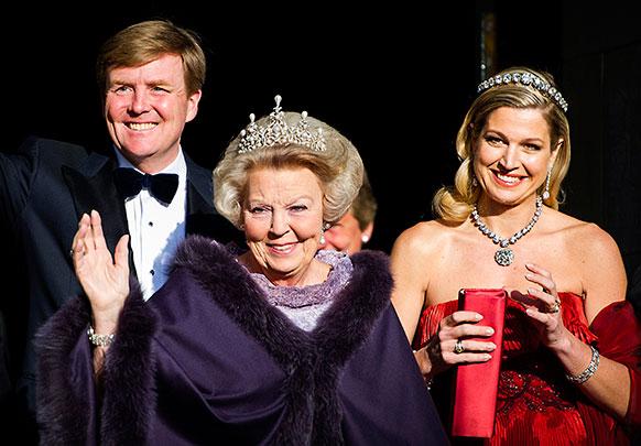 नीदरलैंड की महारानी बीट्रिक ने प्रिंस विलियम्स को एक समारोह में सत्ता सौंपने का ऐलान किया।