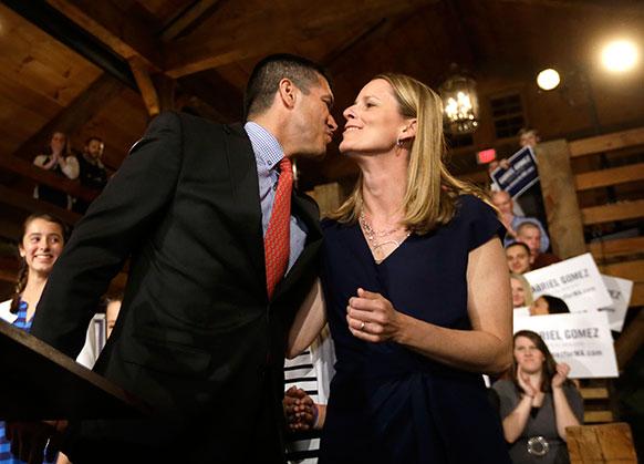 यूएस सीनेट के रिपब्लिकन उम्मीदवार गैब्रिएल गोमेज अपनी पत्नी सारा को किस करते हुए।