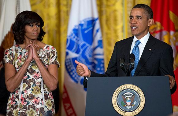 वाशिंटगन हाउस के एक समारोह में अमेरिकी राष्ट्रपति बराक ओबामा और उनकी पत्नी मिशेल ओबामा।