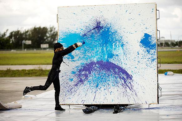वेस्ट पाम बीच पर एक कलाकार ने कुछ इस प्रकार की तस्वीर बनाई