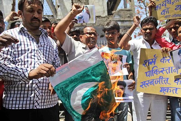 सरबजीत सिंह की रिहाई को लेकर गुजरात के अहमदाबाद में भी लोगों ने विरोध प्रदर्शन किए थे।