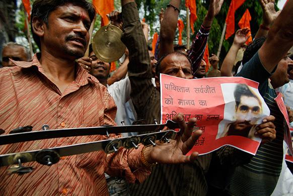 पाकिस्तान में सरबजीत की हालत को लेकर जम्मू में लोगों ने विरोध प्रदर्शन भी किया था।