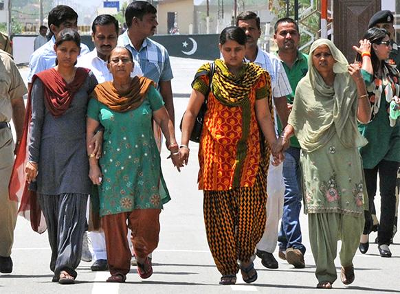 सरबजीत का हाल जानने उनकी बहन दलबीर कौर अपने परिवार के साथ गई थी जो बुधवार को वाघा बॉर्डर के जरिए भारत लौटीं।