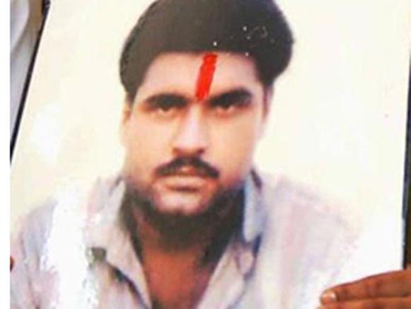 पाकिस्तान में मौत की सजा का सामना कर रहे भारतीय कैदी सरबजीत सिंह का लाहौर के एक अस्पताल में देर रात डेढ़ बजे निधन हो गया।