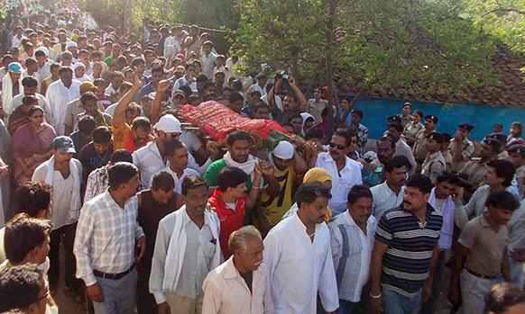 मध्य प्रदेश के सिवनी में दुष्कर्म की शिकार पांच वर्षीय बच्ची की मौत के बाद अस्पताल से उसे ले जाते हुए परिजन व अन्य।