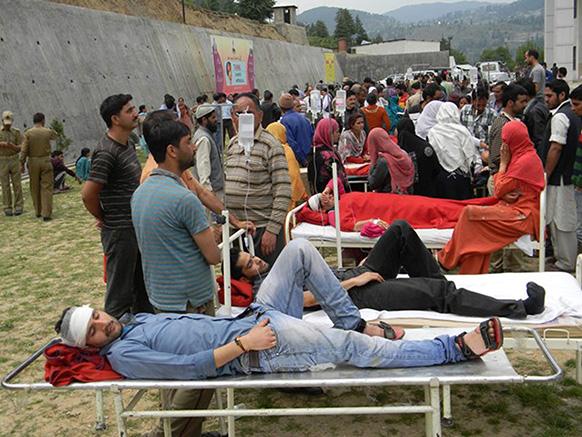 कश्मीर में 5.4 तीव्रता वाले भूकंप के झटके लगने के बाद भदेरवाह क्षेत्र में स्थित एक अस्पताल से मरीजों को बाहर निकाला गया।