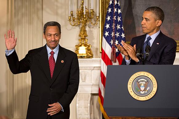 वाशिंगटन में फेडरल हाऊसिंग फिनांस ऑथोरिटी (एफएचएफए) के डायरेक्टर के लिए नॉमिनी रिपलिब्कन मेल वॉट के नाम की घोषणा करते हुए राष्ट्रपति बराक ओबामा।