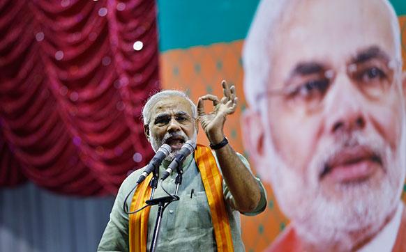 कर्नाटक: विधानसभा चुनाव के मद्देनजर बेंगलुरु में एक चुनाव रैली के दौरान पार्टी समर्थकों को संबोधित करते हुए बीजेपी के वरिष्ठ नेता और मुख्यमंत्री नरेंद्र मोदी।