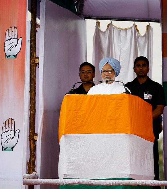 कर्नाटक चुनाव के मद्देनजर बेंगलुरु के बाहरी हिस्से में एक चुनाव रैली में पार्टी समर्थकों एवं कार्यकर्ताओं को संबोधित करते हुए प्रधानमंत्री मनमोहन सिंह।