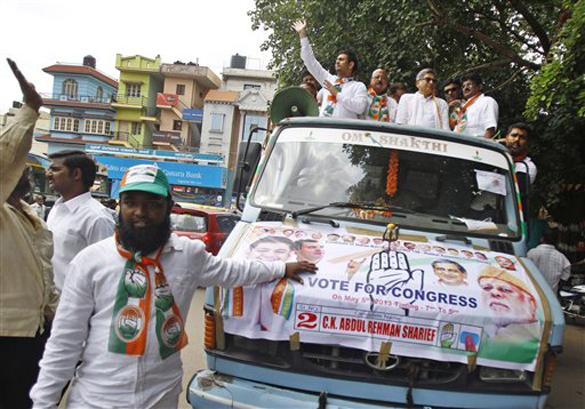 कर्नाटक: विधानसभा चुनाव के मद्देनजर बेंगलुरु में एक ट्रक पर समर्थकों के साथ सवार होकर चुनाव प्रचार करते हुए कांग्रेस पार्टी के युवा उम्मीदवार अब्दुल रहमान शरीफ। राज्य में 5 मई को विधानसभा चुनाव है।
