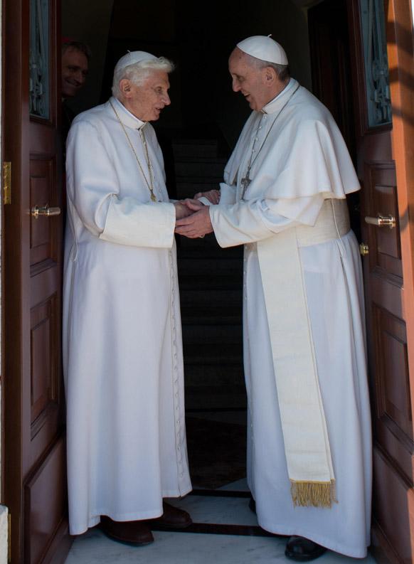 रोम में पोप वेनेडिक्ट 17वें का स्वागत करते हुए पोप फ्रांसिस।