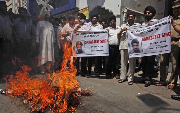 1984 के दंगों के एक मामले में कांग्रेस नेता सज्जन कुमार को बरी किए जाने और सरबजीत सिंह की हत्या के खिलाफ नई दिल्ली में प्रदर्शन करते सिख समुदाय के लोग।