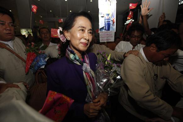 यंगून अंतरराष्ट्रीय हवाईअड्डे पर म्यांमार में विपक्ष की नेता आंग सान सू ची।