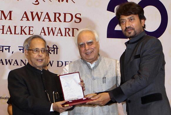 नई दिल्ली में नेशनल फिल्म अवार्ड्स 2012 के दौरान राष्ट्रपति प्रणब मुखर्जी से सर्वश्रेष्ठ अभिनेता का पुरस्कार ग्रहण करते बॉलीवुड अभिनेता इरफान खान।
