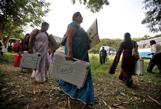 कर्नाटक में विधानसभा चुनाव के लिए अपने मतदान केंद्रों पर रवाना होते चुनाव अधिकारी।