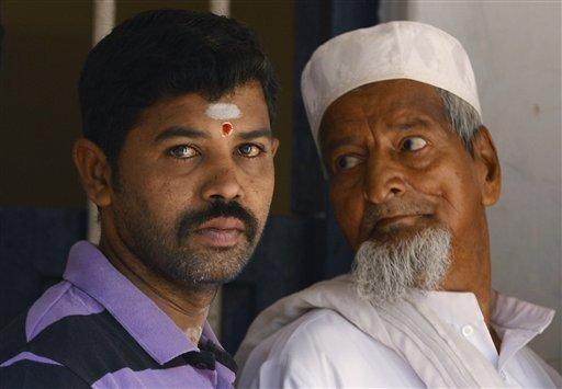 कर्नाटक में एक मतदान केंद्र पर अपनी बारी का इंतजार करते मतदाता।