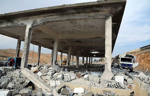 सीरिया में इजराइल हमले के बाद तबाह बिल्डिंग।