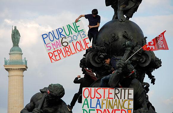 पेरिस में फ्रांस राष्ट्रपति के खिलाफ प्रदर्शन करते प्रदर्शनकारी।