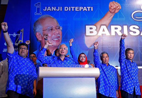 कुआलालंपुर मे मलेशिया के प्रधानमंत्री नजीब रज्जाक आम चुनाव जीतने के बाद अपनी पार्टी नेताओं से साथ नारे लगते हुए।