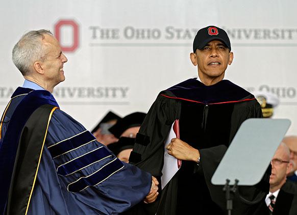 ओहियो विश्वविद्यालय में डॉक्टर ऑफ लॉ डिग्री प्राप्त करने पर ओबामा को बधाई देते डेविड हॉर्न।