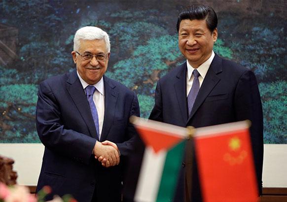 बीजिंग में चीन के राष्ट्रपति जिनपिंग से मिलते हुए फिलीस्तीन के राष्ट्रपति महमूद अब्बास।