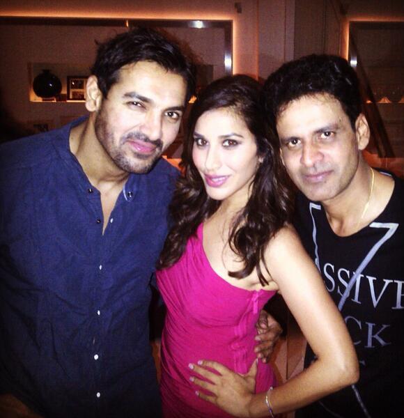 जॉन अब्राहम और मनोज बाजपेयी के साथ अभिनेत्री सोफी चौधरी।            (फोटो सौजन्य : @सोफी_चौधरी)