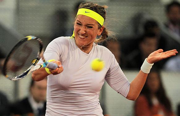 मैड्रिड ओपन टेनिस टूर्नामेंट में शॉट लगाती टेनिस खिलाड़ी विक्टोरिया अजारेंका।