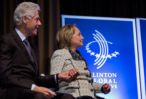 पूर्व अमेरिकी राष्ट्रपति बिल क्लिंटन अपनी पत्नी हिलेरी क्लिंटन के साथ न्यूयॉर्क के एक समारोह में।