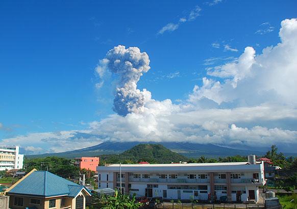 फिलीपिंस में एक ज्वालामुखी से निकलते राख का दृश्य जो कई किलोमीटर तक फैल गया।
