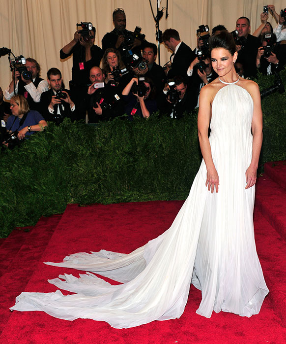 केटी होम्स ने सफेद परिधान पहनकर सबको अपनी तरफ आकर्षित किया।