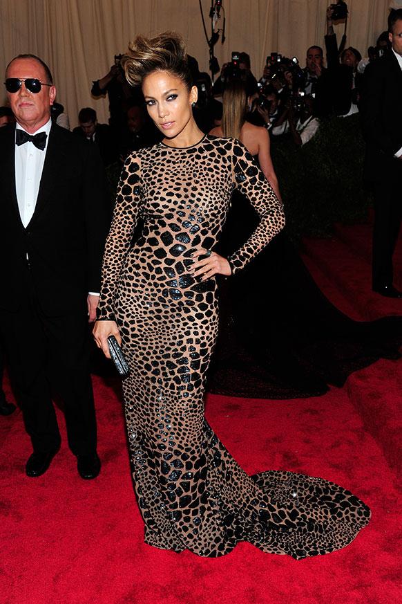 जेनिफर लोपेज ने इस मौके पर बाघ के छालों जैसी पोशाक पहनीं।