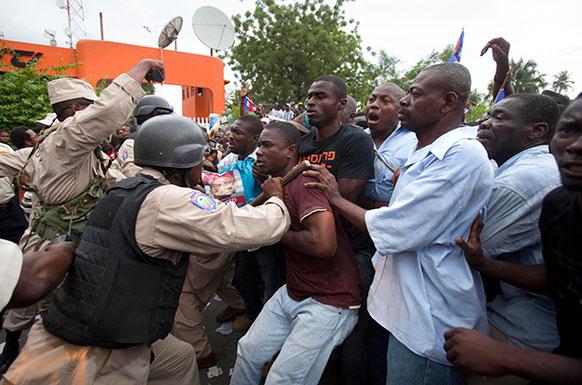 हैती में हिंसक झड़प का एक दृश्य।