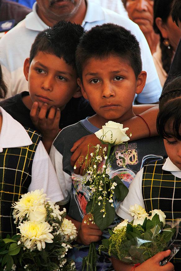 मैक्सिको में टैंकर विस्फोट में मारे गए लोगों को परिजन।