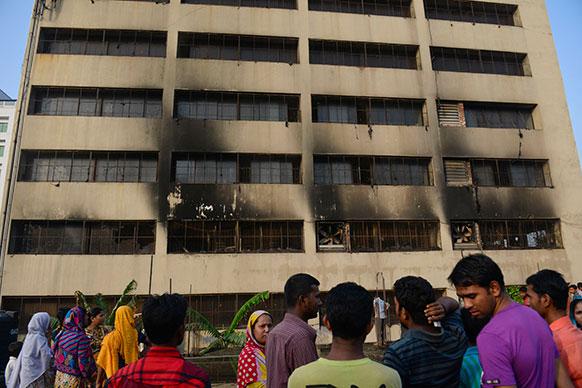 बांग्लादेश की राजधानी ढाका में एक 11 मंजिला फैक्ट्री में आग लग गई ।