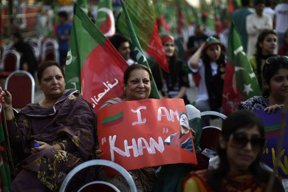 पाकिस्तान में 11 मई को होनेवाले आम चुनाव से पहले इमरान खान के समर्थन में उनके समर्थक।