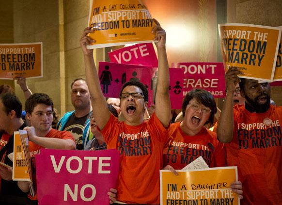 समलैंगिक विवाह के समर्थन में प्रदर्शन करते लोग।