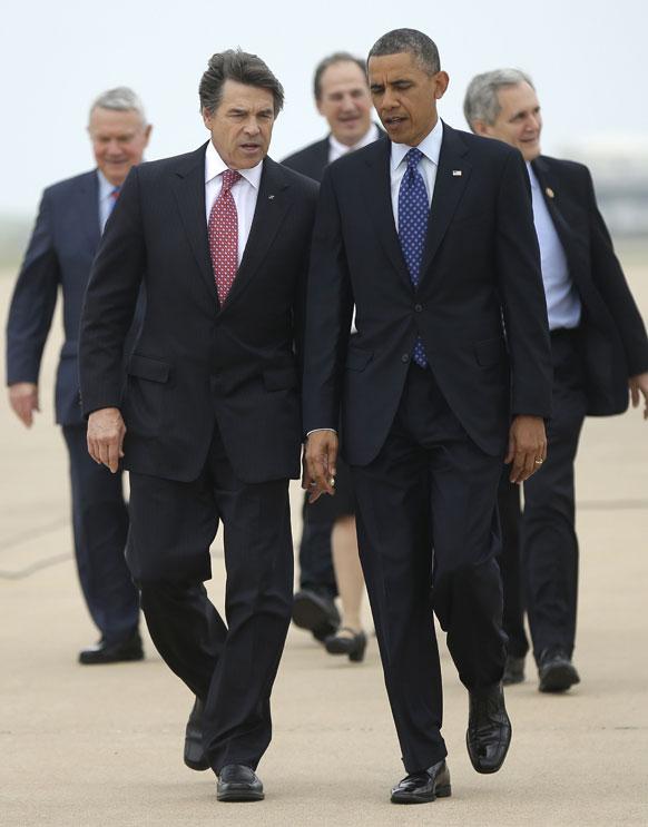 ऑस्टिन बर्गस्टन एयरपोर्ट पर है अमेरिकी राष्ट्रपति बराक ओबामा और उनके साथ है टेक्सास के गर्वनर रिकी पेरी।