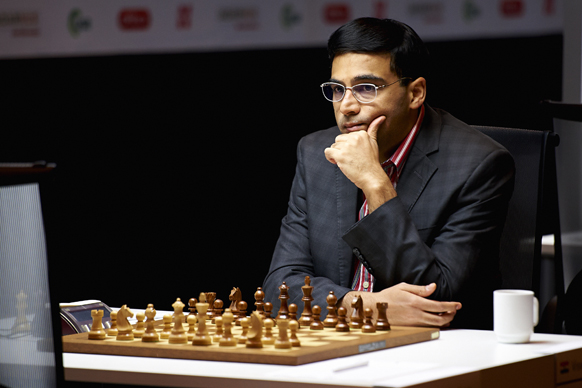 नार्वे चेस 2013 टूर्नामेंट में अपनी बाजी चलते शतरंज खिलाड़ी विश्वनाथन आनंद।