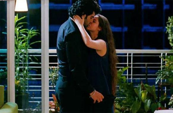 फिल्म के एक सीन में अर्जुन कपूर और साशा आगा रोमांस फरमाते हुए।
