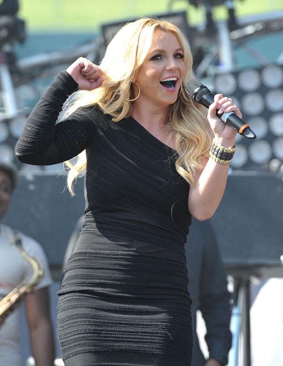 कैलिफ में प्रस्तुति देतीं गायिका ब्रिटनी स्पीयर्स।